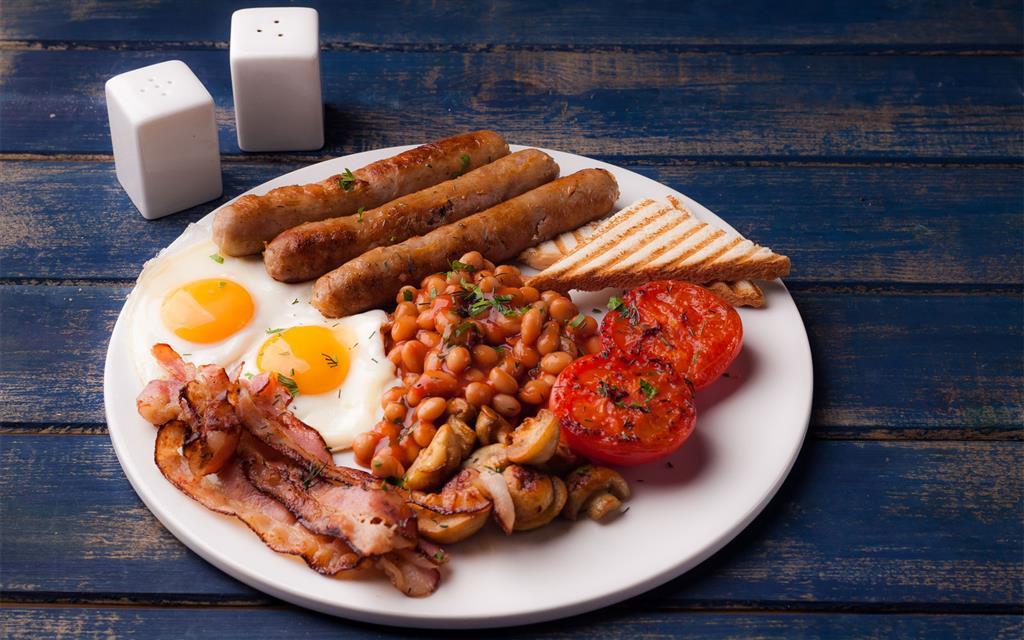 Tradiční bohatou britskou snídani servírují některé restaurace v centru po celý den