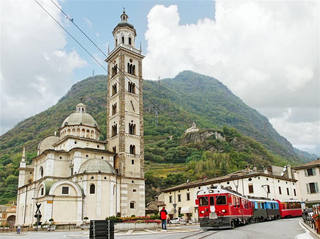 Trasa Bernina Expressu končí v italském Tiranu, blízko švýcarsko-italské hranice