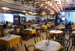 Polopenze formou bufetu se podává v restauraci v hlavní budově hotelu.