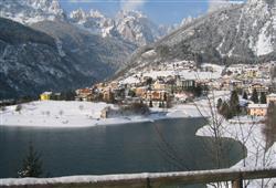 Kolem jezera Andalo vedou dva okruhy pro běžecké lyžování, vybavené večerním osvětlením