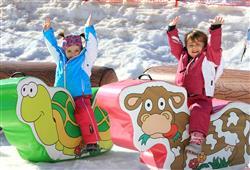 V areálu se nachází 4 zábavní parky na sněhu a další doprovodný program pro děti