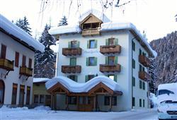 Nachází se cca 300 m od termálních lázní a cca 500 m od skiareálu
