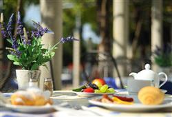 V letních měsících probíhá stravování na terase hotelové restaurace