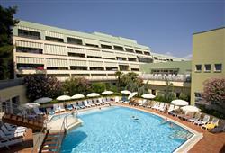 Mimo letní období se klienti stravují v hotelu Svoboda (cca 350 m)