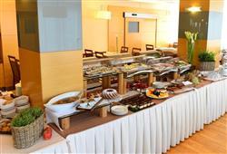 Snídaně i večeře servírované formou bufetu