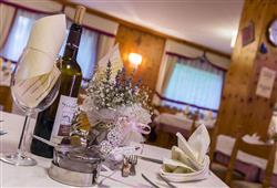 Hotel De Fronz - 5denní lyžařský balíček s denním přejezdem a skipasem v ceně***10