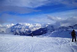 Hotel De Fronz - 5denní lyžařský balíček s denním přejezdem a skipasem v ceně***25