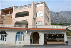 Tato rodinná vila nabízí 2-lůžkové pokoje s výhledem na moře nebo hory.