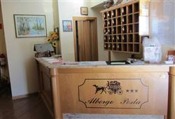Případně navštívit oblíbenou restauraci Pizzeria Plona nebo irskou dřevěnou hospůdku The Keller Pub.