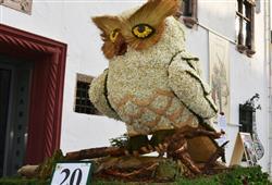 ©Narzissenfestverein Na alegorických vozech vidíte sochy všech tvarů a velikostí