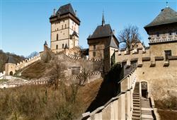Dopoledne si prohlédneme náš nejznámější hrad, lesy obklopený Karlštejn