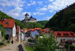 K hradu budeme stoupat ze stejnojmenné vesničky od řeky Berounky