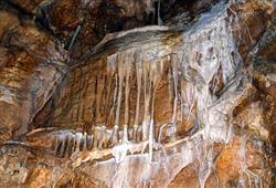 Jeskyně je známá bohatou krápníkovou výzdobou