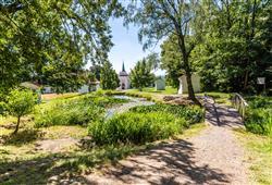 S průvodcem se projdete k areálu Skalka s kostelem, malým klášterem, křížovou cestou a poustevnou, odkud se otevírá krásný výhled na Mníšek a jeho okolí