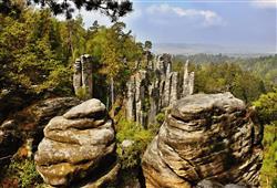 Delší okruh nás provede přes osm skalních vyhlídek