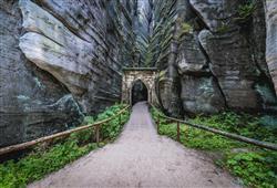 Pohodlné stezky nás provedou labyrintem skalního města