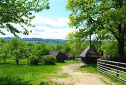 Vyhlášené Valašské muzeum v Rožnově pod Radhoštěm je rozptýlené v okolní přírodě