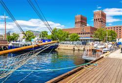 V Oslu si projdeme přístav s dominantní budovou radnice, kde se každoročně uděluje Nobelova cena míru