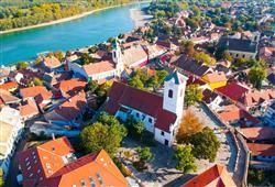 Nejstylovější je připlout do Szentendre po Dunaji. Přes léto jej zaplavují davy turistů