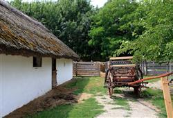 Uvidíte kapličky, kostel, školu, mlýn, řemeslné dílny i domy běžných Maďarů