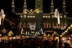 Po setmění září trhy tisíci světýlek