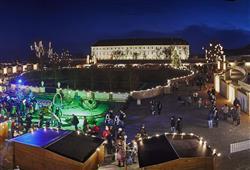 Po setmění se nádvoří zámku rozzáří tisíci světýlek