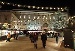 Vánoční trhy se odehrávají před katedrálou sv. Ruperta a Virgila.