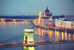 Budova Parlamentu i Řetězový most jsou jedněmi z dominant Dámy na Dunaji