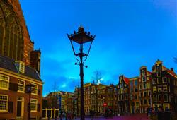 Město je v předvánoční době rozzářeno tisíci světýlek
