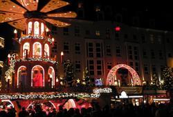Symbolem trhů Almarkt je 14 metrů vysoká vánoční pyramida