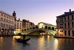 Podíváte se i na slavný Ponte Rialto