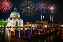 Je zážitek, když se nebe nad Benátkami rozzáří pestrobarevnými ohňostroji