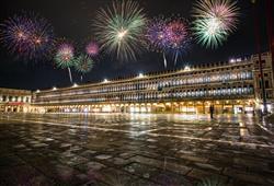 Zářivá světla ohňostroje dodávají už tak krásným Benátkám nezaměnitelný smrnc