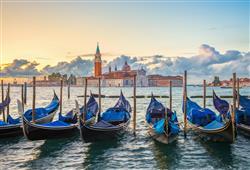 Benátky jsou jedním z nejromantičtějších měst na světě, kde mezi domy můžete proplouvat na gondole