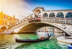 Most Ponte Rialto je nejstarším a nejkrásnějším benátským mostem