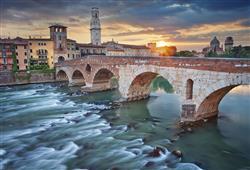 Historické město leží na řece Adige, přes kterou se jen v centru klene 10 mostů
