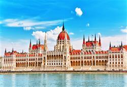 Nejkrásnější pohled na budovu Parlamentu se vám nabídne z paluby lodi během plavby po Dunaji