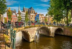 Amsterdam je městem na vodě. Všechny stavby ve městě jsou postaveny na dřevěných kůlech