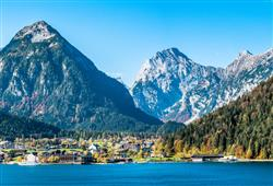 Dopolední procházka nebo káva na březích horského jezera Achensee
