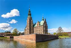 V renesančním zámku Rosenborg Slot jsou vystaveny dánské korunovační klenoty