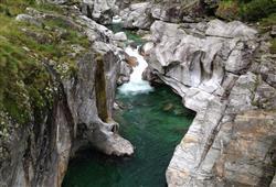 Při putování navštívíme i údolí  Valle Verzasca které je zařarezno mezi pámátky UNESCO