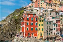 Nejvýchodněji položená vesnička Riomaggiore uchvátí domky vklíněnými do svahů nad malebným přístavem