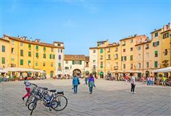 V elegantním městě Lucca posedíme na oválném náměstí Piazza Anfiteatro, vzniklo totiž na místě římského amfiteátru