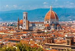 Florencii dominuje kopule gotické katedrály Santa Maria del Fiore, jejíž exteriér je zdoben mramorovými panely růžové a zelené barvy