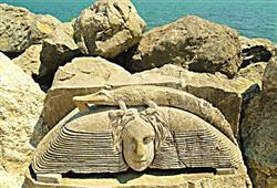 molo s kamennými sochami od místních umělců