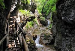 Skalnatým kaňonem vystoupáme po lávkách, žebřících a můstcích