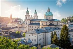 Město vyrostlo okolo kláštera sv. Petra a brzy se stalo centrem vzdělanosti a církve. Proto v centru narazíte na řadu kostelů