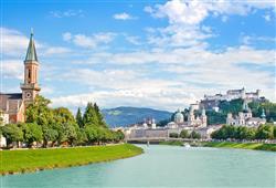 Dominantou města Salzburg je velkolepá pevnost Hohensalzburg, která se vypíná nad řekou Salzbach