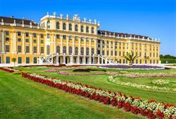 Schönbrunn je bývalou letní rezidencí Habsburků, která udivuje přepychovými císařskými komnatami a zahradním areálem