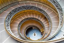 Muzea jsou umístěna v budovách, které se stavěly od 14. století jako honosná sídla papežů